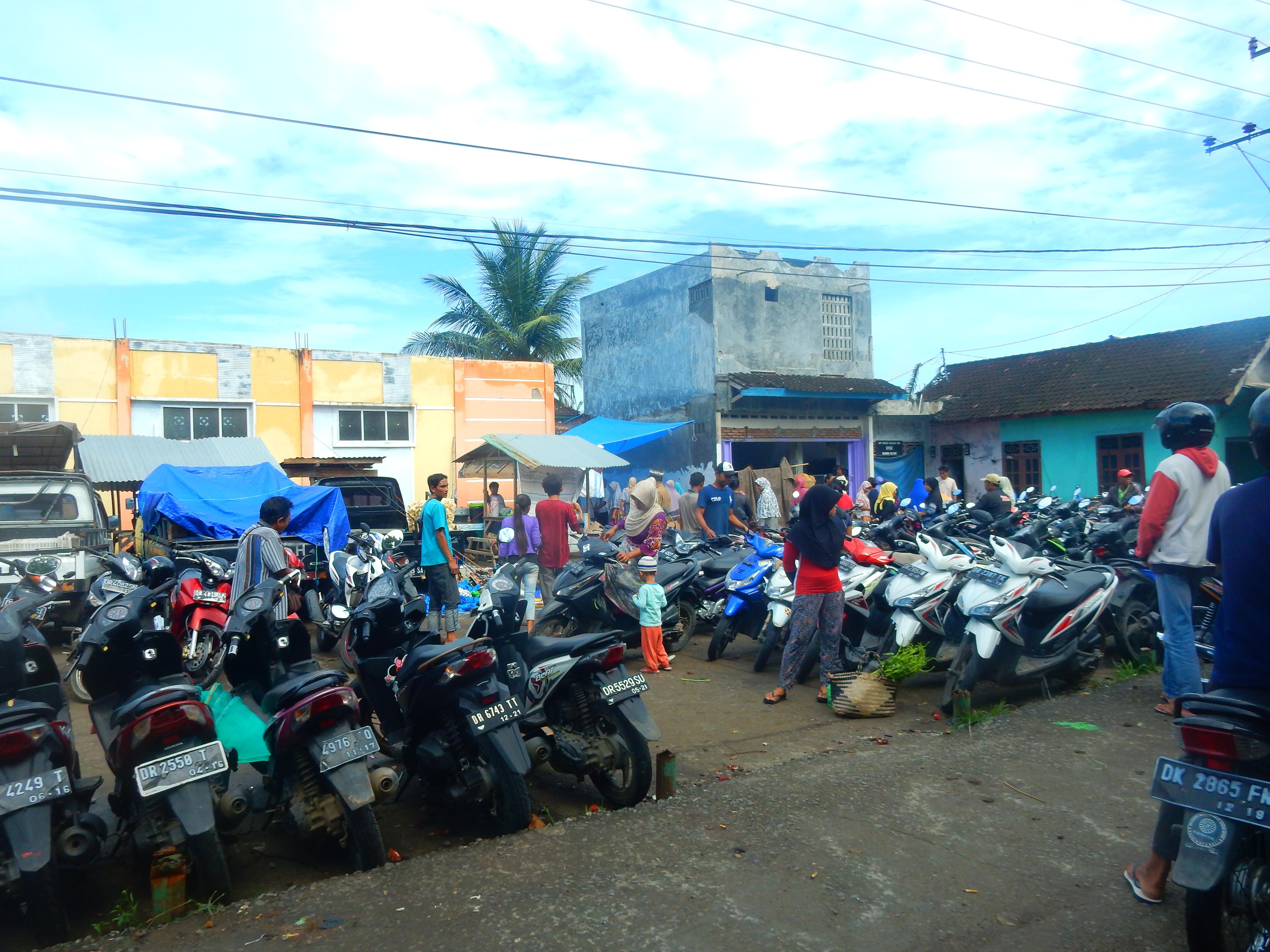 Parking scooter, marché Lombok, Indonésie