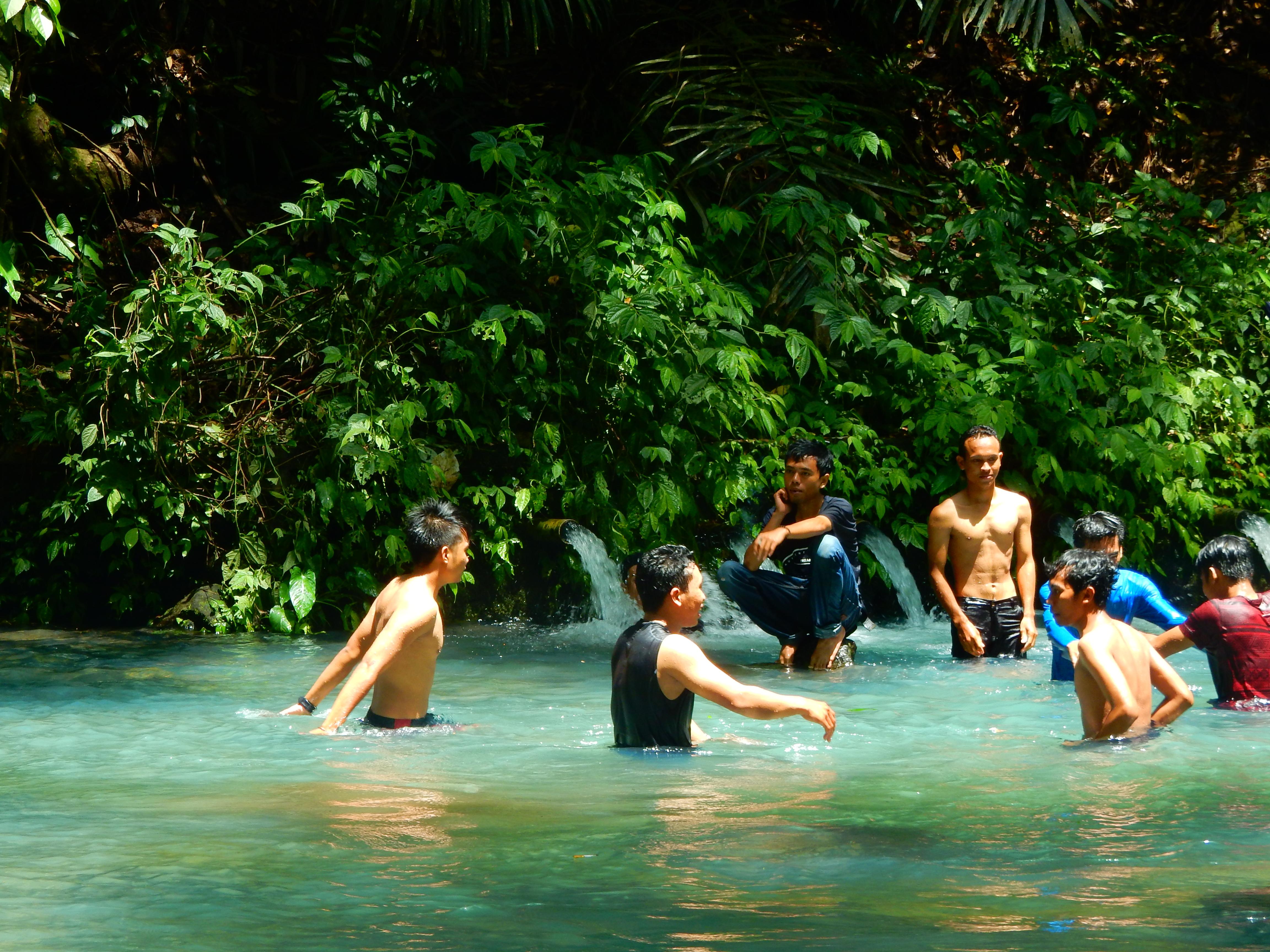 Indonésiens, Eau de souffre Sesaot, Lombok, Indonésie.