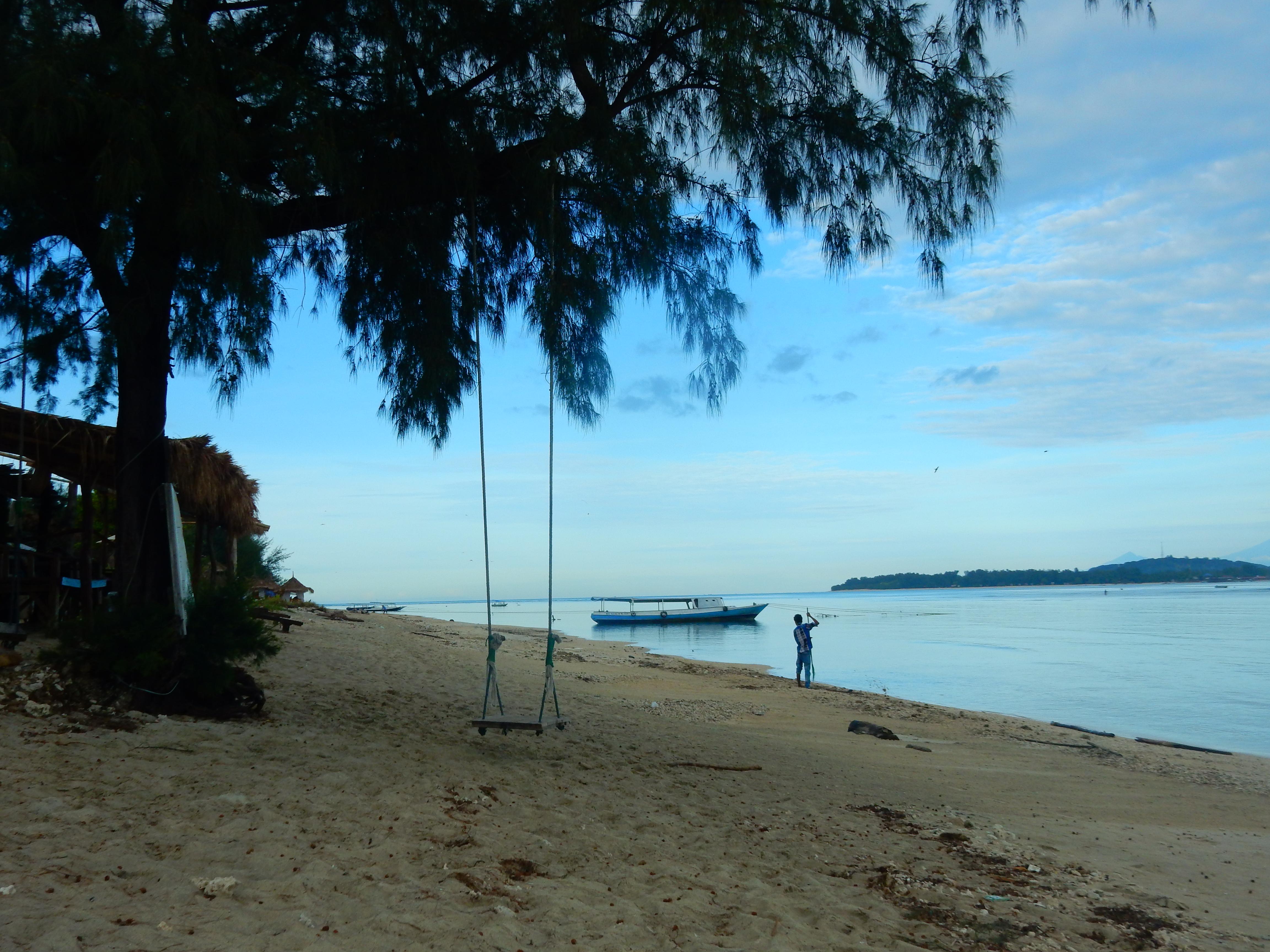 Balançoire et plage de sable blanc, Gili Air, Indonésie