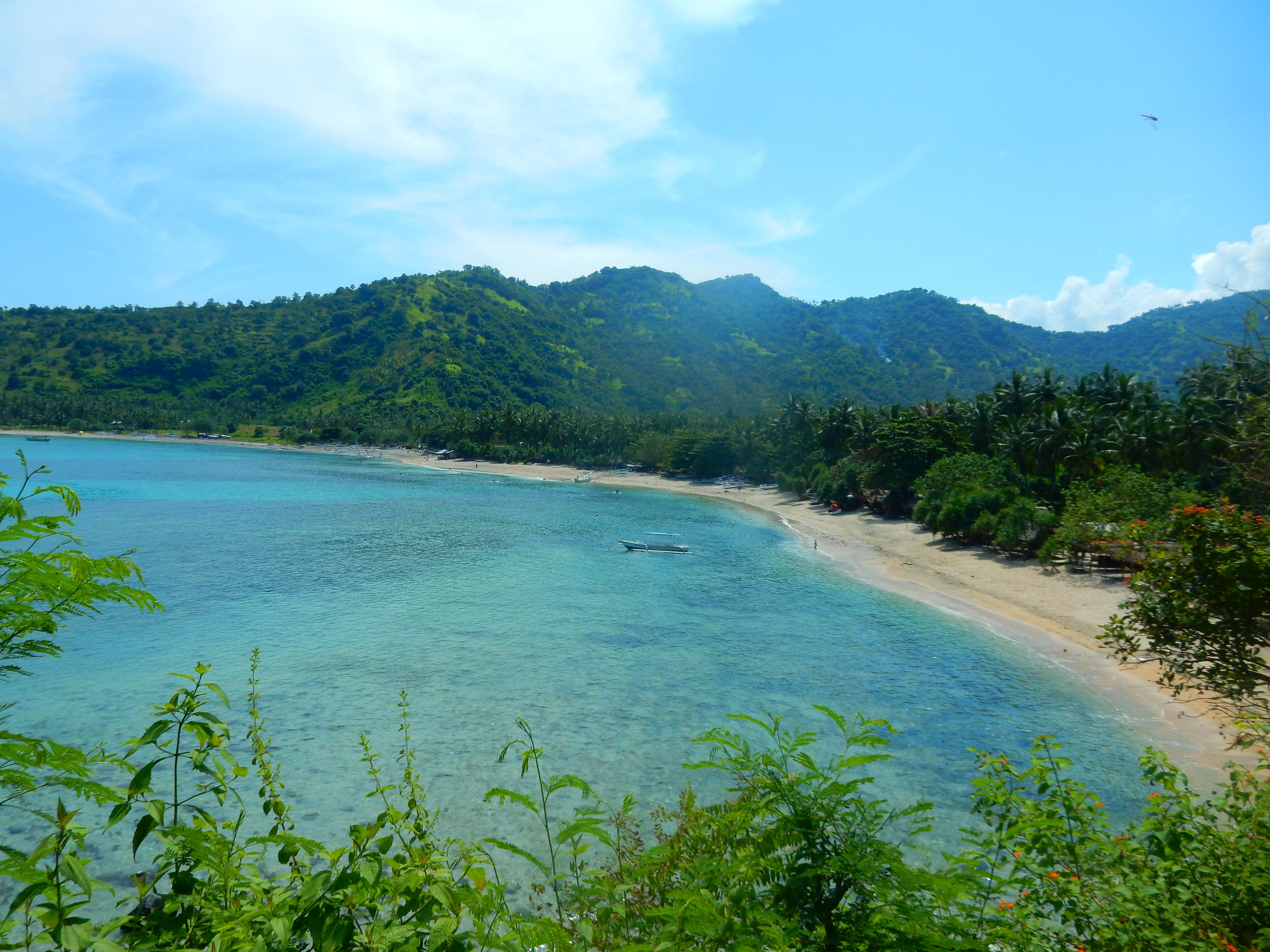 Vue sur plage de sable blanc Senggigi, Lombok, Indonésie