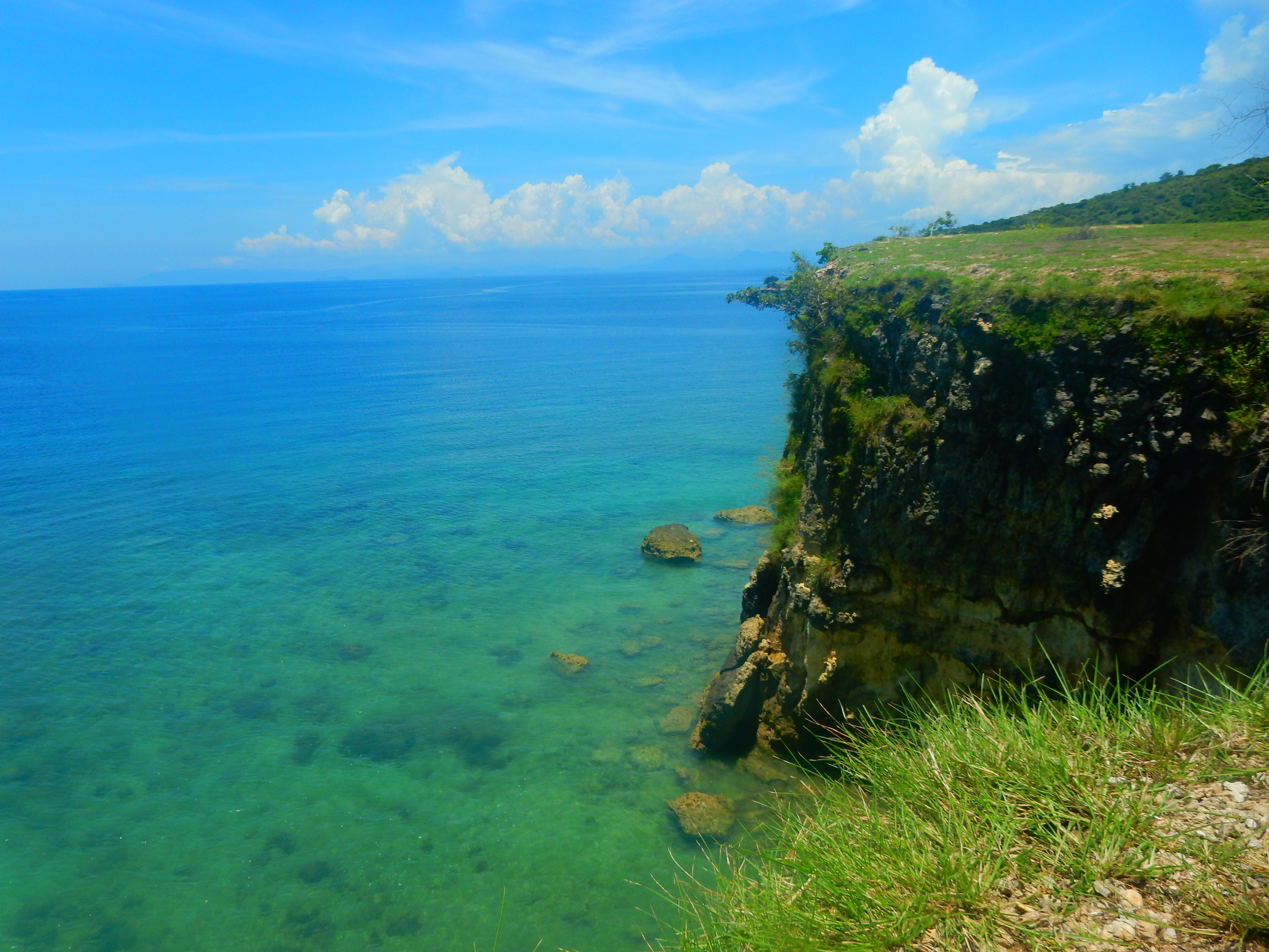 Vue falaises Pink Beach Lombok, Indonésie