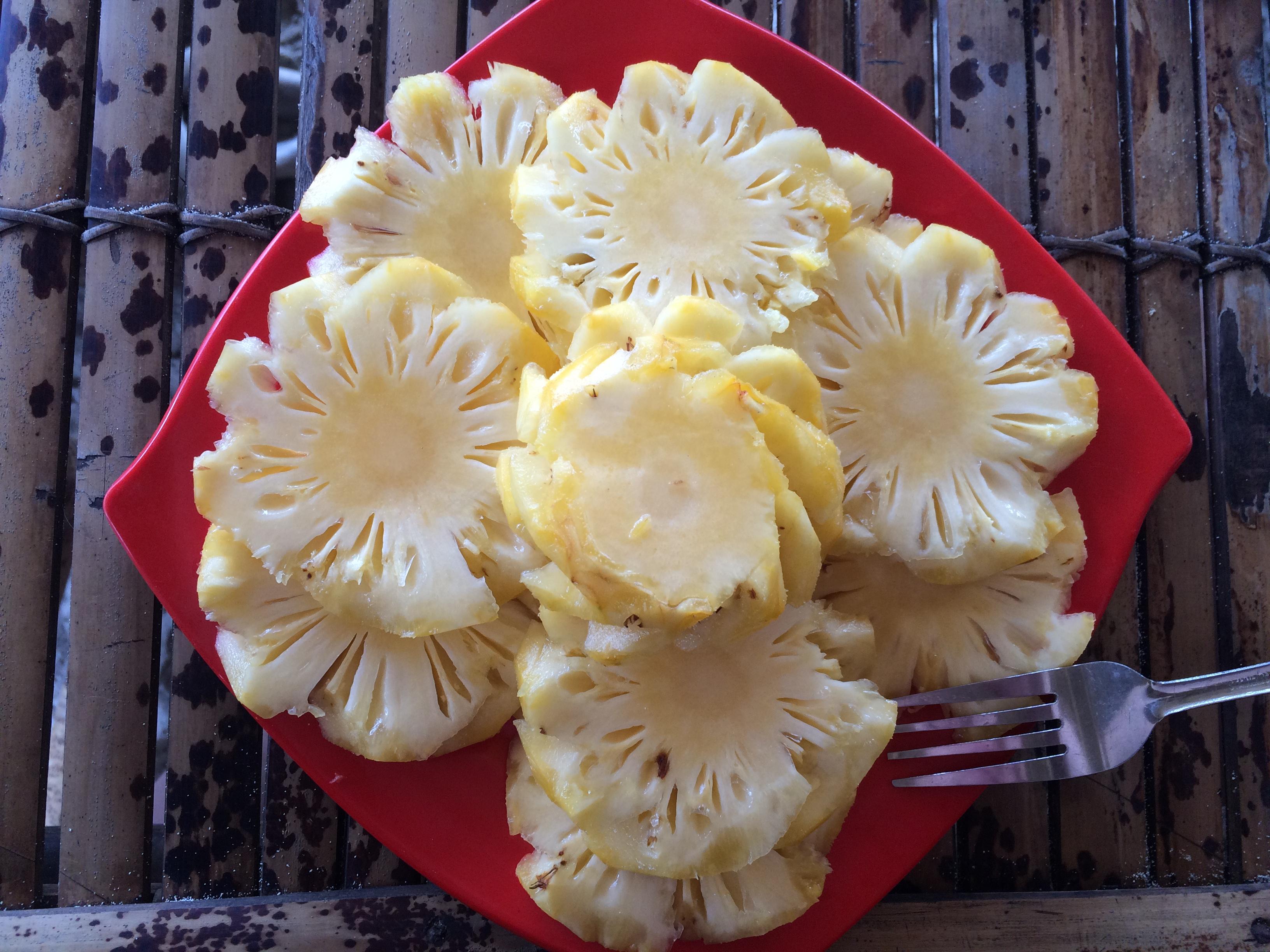 Assiette d'ananas, plage de Selong