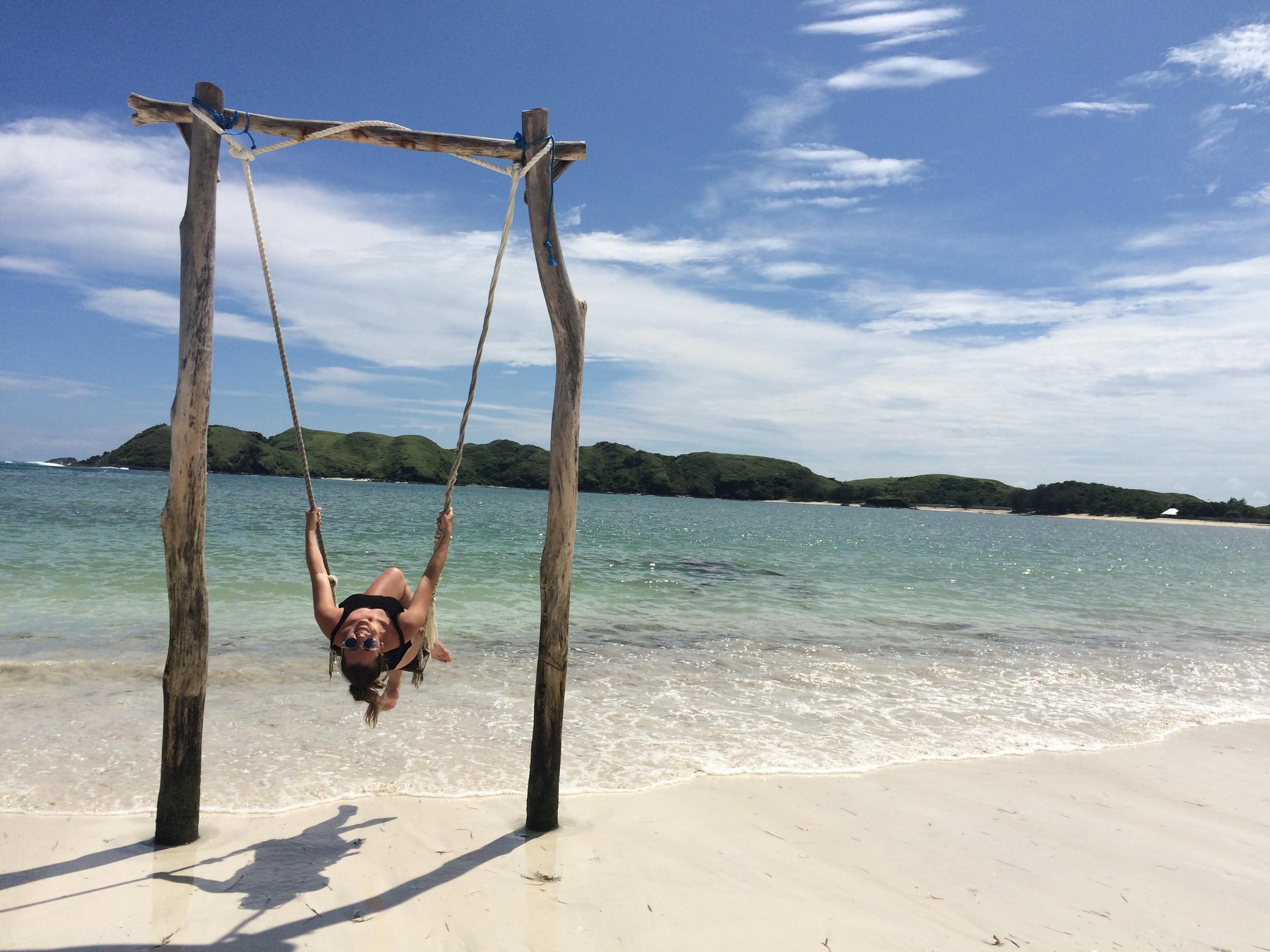 Balançoire et plage de sable blanc TAJUNGANN, Lombok, Indonésie