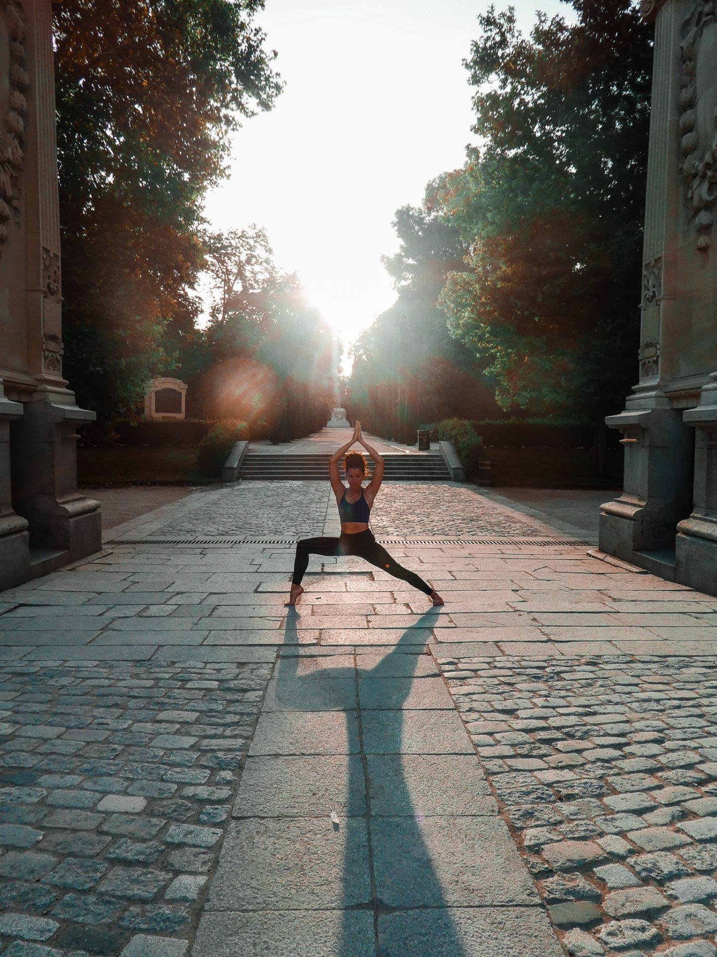 Posture de yoga au lever de soleil