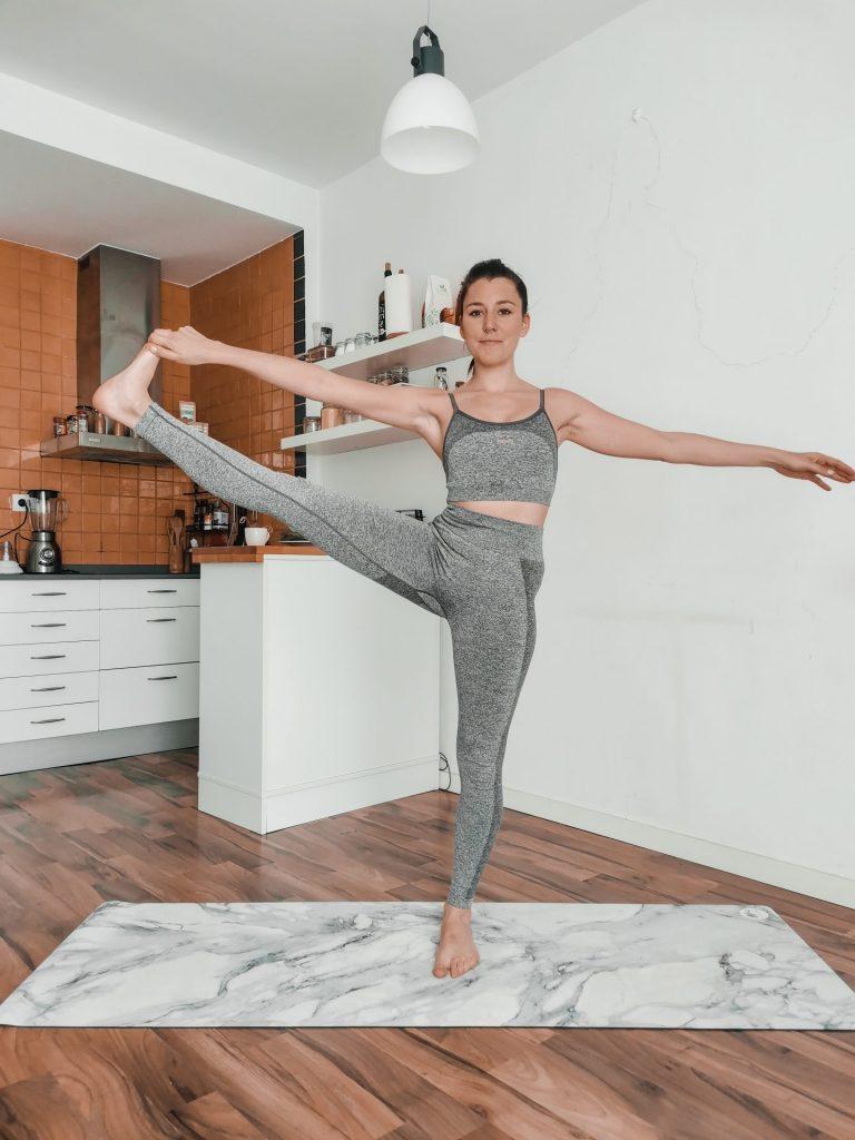 Devenir souple des jambes avec la posture du bras tendu au gros orteil