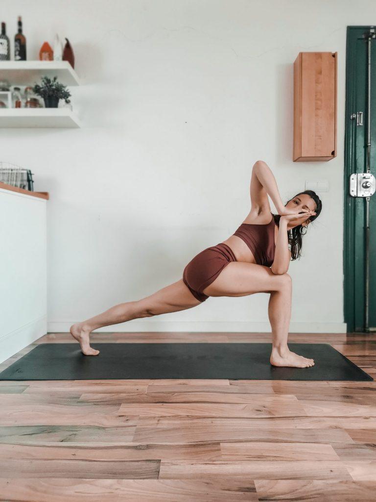 Les torsions en yoga : Fente haute en torsion