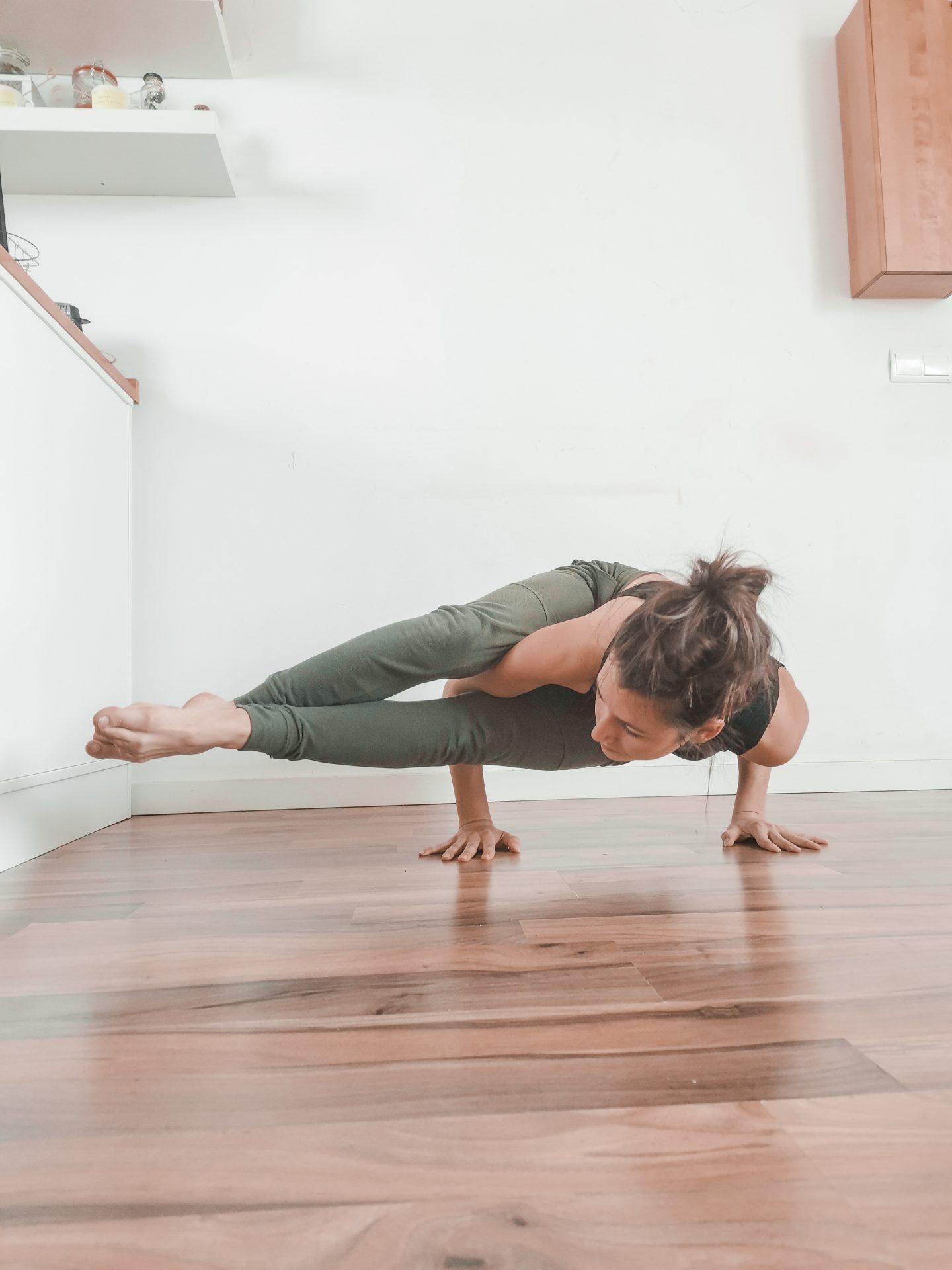 Posture angle du 8 - Astavakrasana -posture à 8 angles