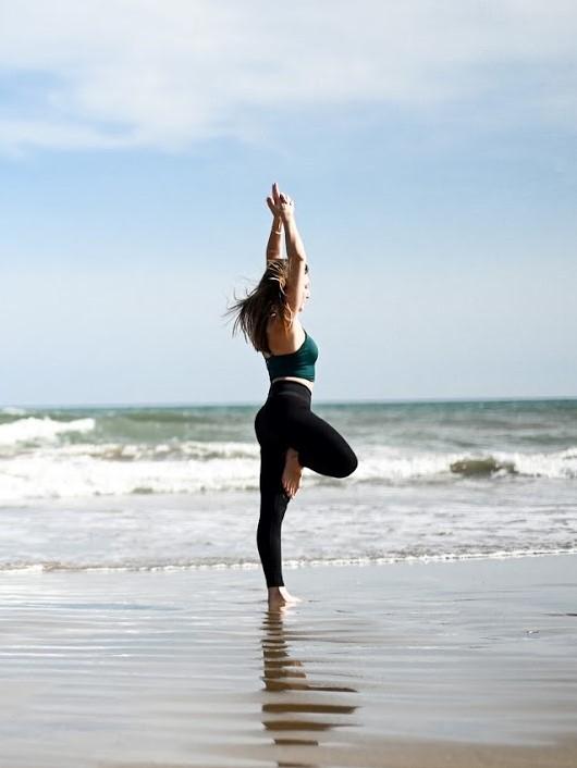 Postures de yoga debouts pour débutants